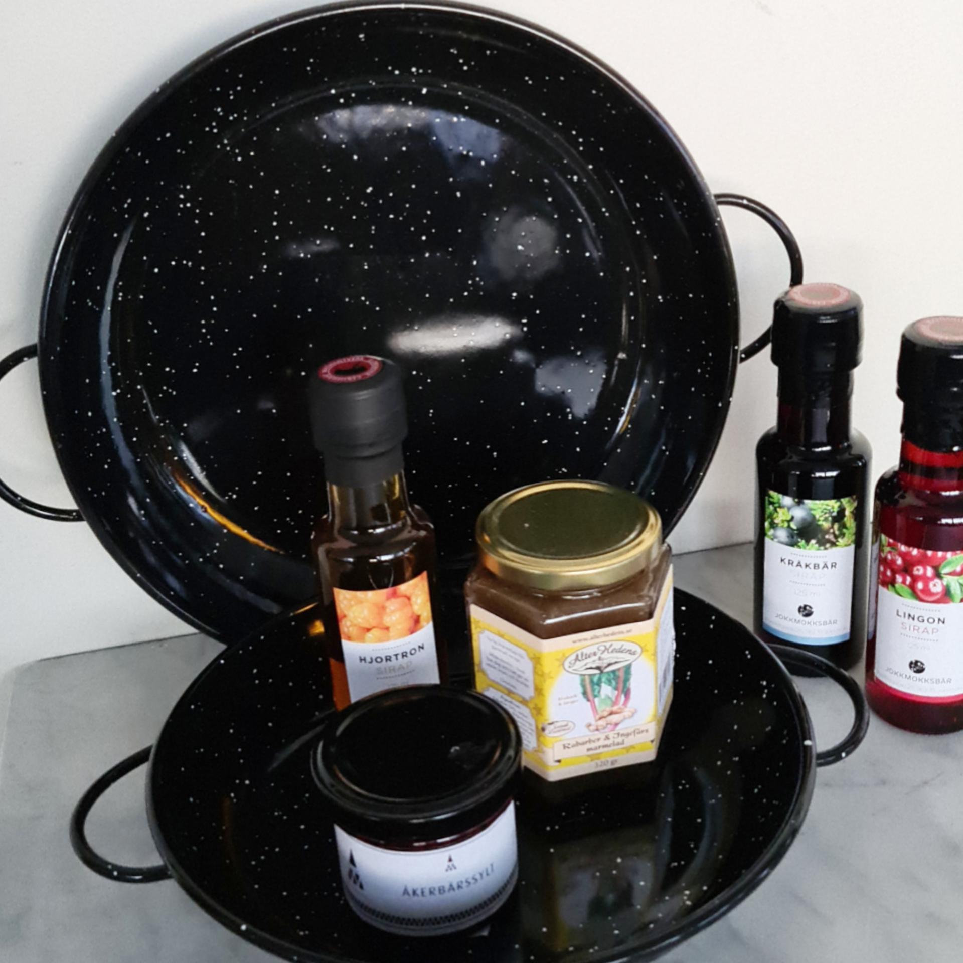 emaljerad-panna-svart-ute-matlagning-matlagning-paj-ugn-grillen-hjortron-sirap-akerbarssylt-